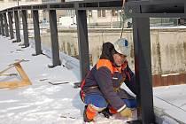 Zábradlí montují v půlce února stavebníci na Tyršově mostě v Přerově. Stavba má být dokončena letos v květnu.