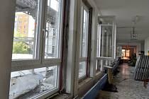 V plném běhu je v těchto dnech výměna oken na Základní škole Za mlýnem v Přerově. Čtyři sta žáků nastoupí kvůli stavbě do školy o týden později.