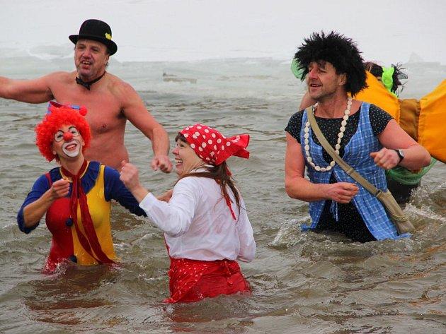 Silvestrovská otužilecká show v řece Bečvě v Přerově