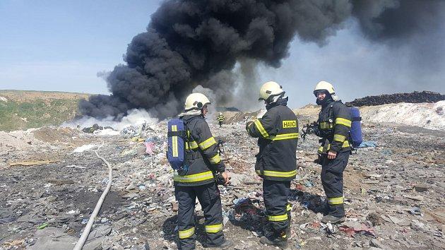 Požár skládky nebezpečného odpadu v Hradčanech na Přerovsku