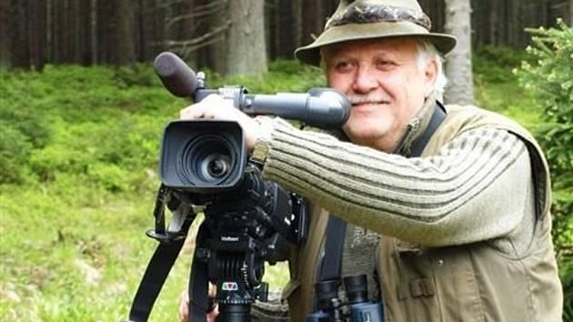 Dokumentarista Zdeněk Kouřil z Troubek natáčí v Polsku dokument o zubrech žijících ve volné přírodě. Dělá to v rámci projektu na návrat zubrů do české krajiny.
