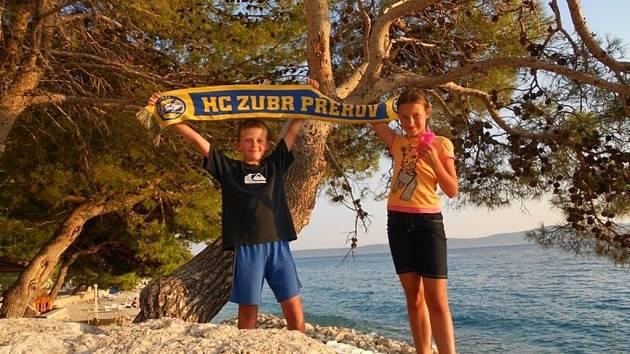 Foto č. 6 – Malí přerovští fanoušci na dovolené u moře. Zaslala Martina Paučová.