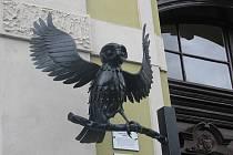 Kovová plastika sovy Emy zdobí od prvního září základní školu v Lipníku nad Bečvou. Podle autorky Dany Zacharové má sova ochranitelská, andělská křídla
