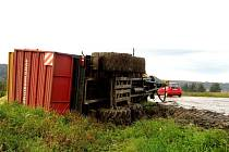 K nehodě traktoru došlo ve čtvrtek odpoledne na silnici u Veselíčka. Řidič traktoru neuřídil vlečku, a ta se i s nákladem převrátila do příkopu.