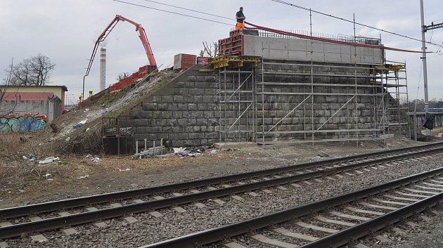 Výměna Dluhonských mostů nad železniční tratí v Přerově pokračuje o víkendu vztyčením nové konstrukce na místě té původní.