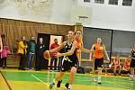 Basketbalistky Přerova (v černém) proti SK UP Olomouc B.