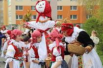 Tradičnímu obřadu loučení se zimou přihlížely v neděli dopoledne desítky Přerovanů. Vynášení smrtky je na Hané tradicí, která se přenáší z generace na generaci.