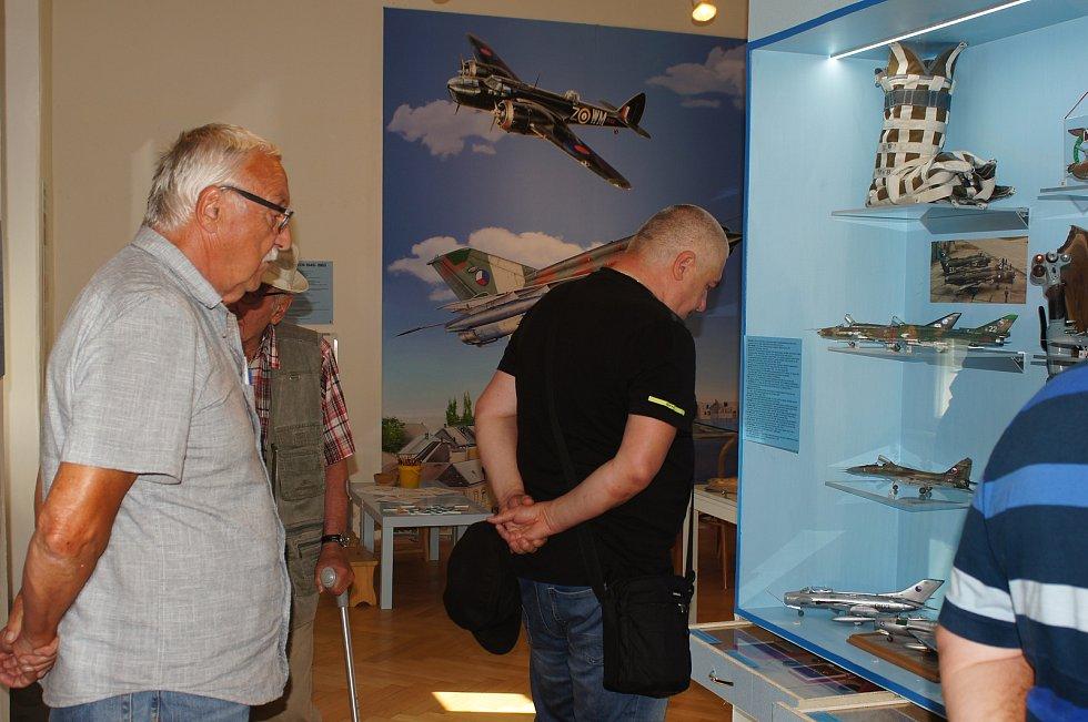Vernisáž výstavy, která mapuje 110 let přerovského letectví a připomíná i osobnost leteckého maršála Karla Janouška, na nádvoří zámku.