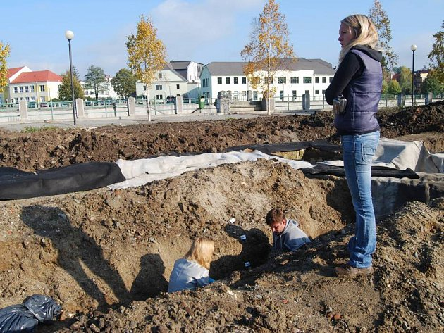Slavné nálezy archeologů v Přerově byly na zimu přikryty foliemi a zasypány hlínou