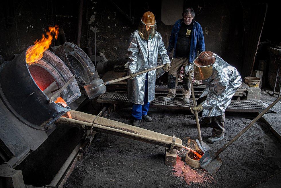 Odlévání prvního zvonu z veřejné sbírky pro renesanční zvonici v Dřevohosticích, 9. června 2021 ve zvonařské dílně Brodku u Přerova