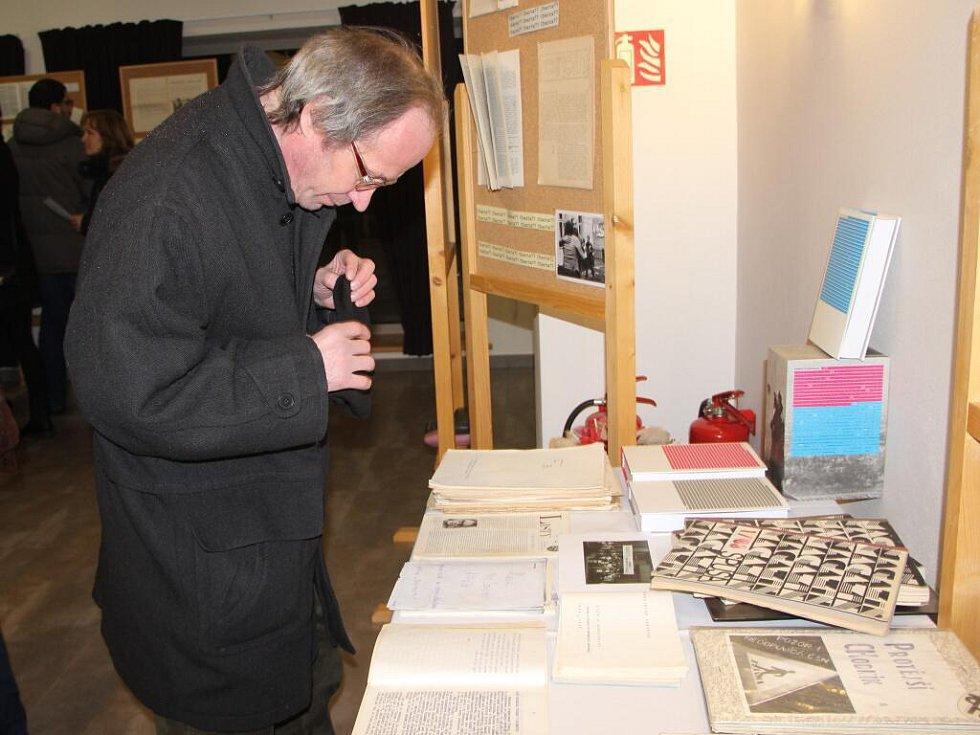 Besedou u kulatého stolu se známými osobnostmi, ale také výstavou, věnovanou samizdatu a koncertem si připomněli v sobotu čtyřicáté výročí Charty 77 v Lipníku nad Bečvou.