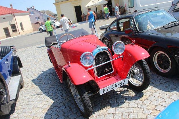 Desítky legendárních vozů mohli v sobotu obdivovat lidé na náměstí v Dřevohosticích