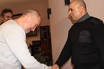 Romský asistent prevence kriminality Pavel Mirga dostal od primátora města vánoční dárek za svou pomoc lidem v sociálně vyloučených lokalitách.