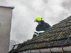 Hasiči zasahují u požáru střechy v Horní Moštěnici