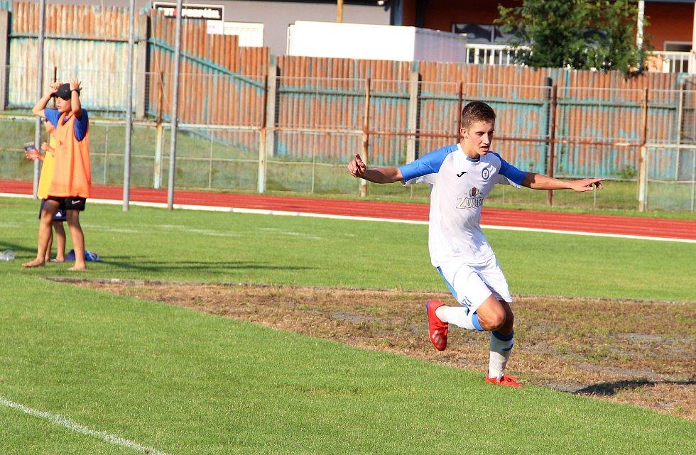 Úvodní kolo divize E nabídlo derby v Přerově mezi domácí Viktorkou (v bílém) a Kozlovicemi. Petr Mirvald slaví gól na 1:0.