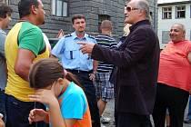 Bývalý ministr pro lidská práva Michael Kocáb uklidňoval Romy v přerovské Husově ulici
