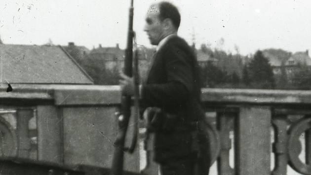 Zaměstnanec elektrárny Karel Brada na Tyršově mostě ve 13.30 hod. 1. 5. 1945