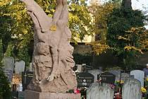 Socha Ikarova pádu na hřbitově v Lipníku