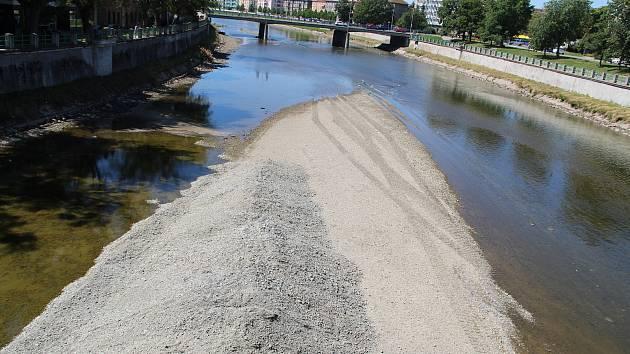 Povodí Moravy v těchto dnech provádí čištění koryta řeky Bečvy v Přerově.