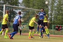 Fotbalisté 1. FC Viktorie Přerov (v modrém) proti TJ Jiskra Rapotín (7:0)