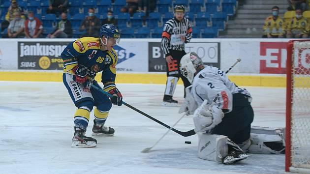 Hokejisté Přerova (v modrém) proti Kolínu. Matěj Svoboda střílí gól na 1:0.