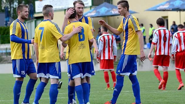 Fotbalisté Kozlovic (v modrožluté) proti Staré Říši