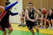 Basketbalistky Přerova (v černobílé) proti Loko Krnov.