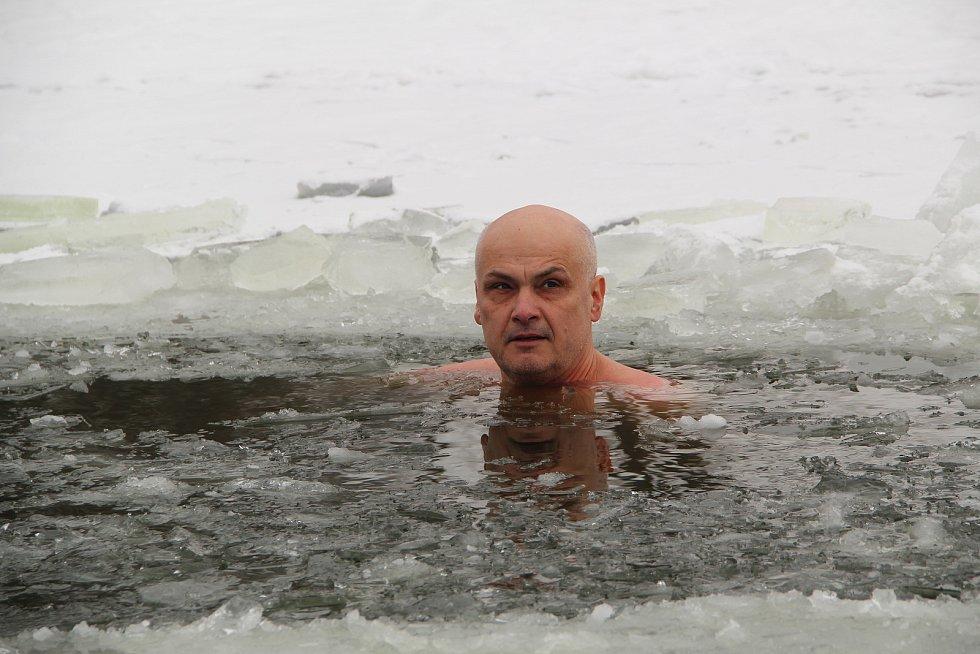Otužilce láká přerovská Laguna. 16. února 2021. Pavel Lanč