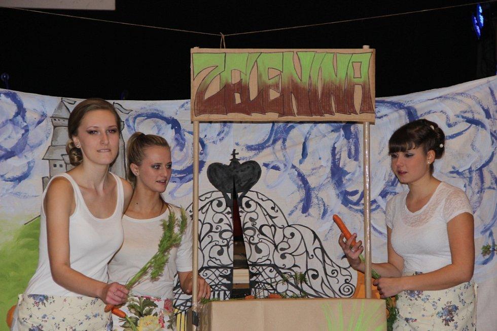 Stužkovací ples 4.B. Gymnázia Jakuba Škody v Přerově se v pátek večer nesl v duchu příběhu o Sněhurce a sedmi detektivech.
