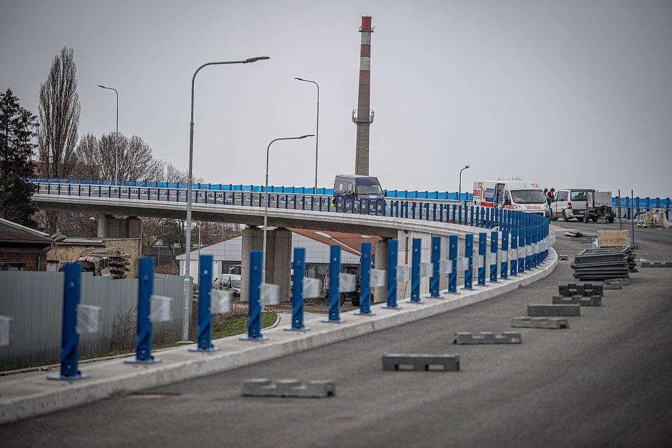 Dokončovací práce na estakádě v Předmostí - ta má zrychlit dopravu na tahu Olomouc - Zlín přes Přerov. 15. dubna 2021
