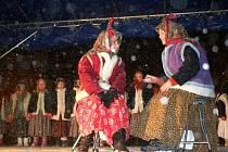 Rozsvěcení vánočního stromu na náměstí T. G. Masaryka v Lipníku nad Bečvou provázela ve středu večer kulturní vystoupení