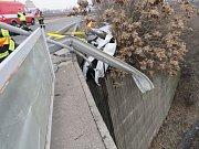 Řidič nezvládl rychlou jízdu a vyletěl z dálničního sjezdu, prorazil svodidla a zastavil se až o keře.