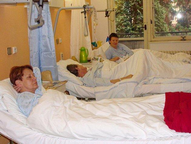 Se zastaralým, oprýskaným a nevzhledným vybavením pokojů se musí smířit pacienti chirurgie, traumatologie, urologie či interny v přerovské nemocnici.