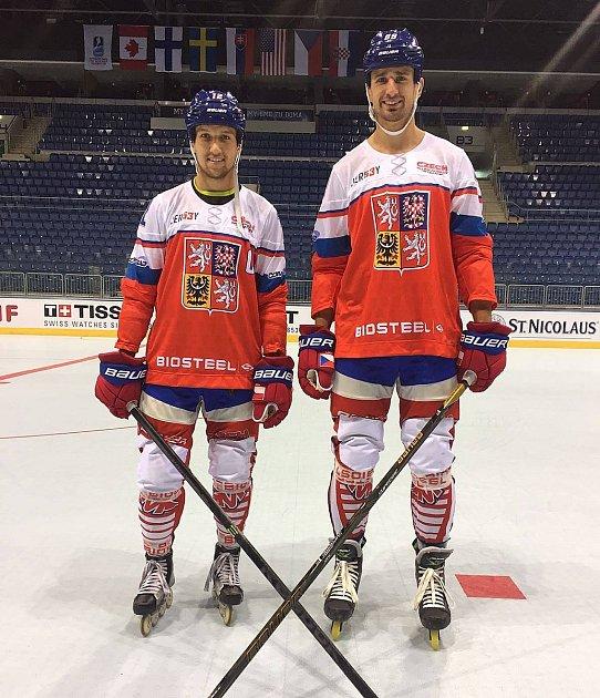 Přerovští Mikuláš Zbořil (vlevo) a Jakub Ferenc dovezli bronz z MS IIHF v inline hokeji