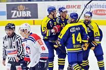 Přerovští hokejisté (v modrém) proti Třebíči.