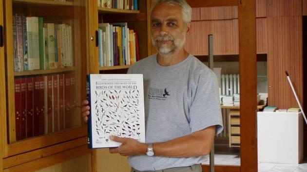 Josef Chytil s anglickou monografií Ptáci světa (Birds of the World, 1. díl), kterou plánuje využít pro sestavení nového českého názvosloví a systematiky ptáků.