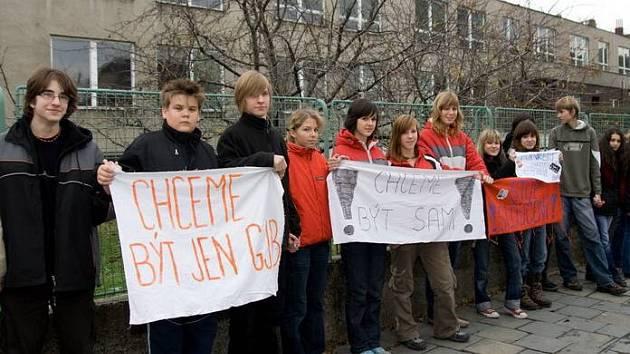Studenti přerovského gymnázia Jana Blahoslava protestovali proti sloučení s pedagogickou školou.