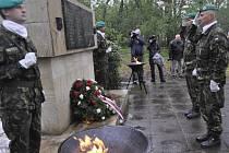 Poklonit se obětem Přerovského povstání přišli ve čtvrtek k památníku v Lazcích zástupci kraje, vedení přerovské radnice, ale také odbojáři a příslušníci armády.