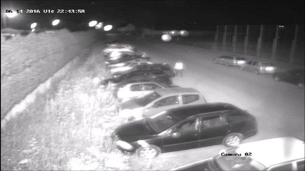 ledaný pachatel poškodil dne 14.června po 22.hodině auto značky Citroën Xsara, které nechal jeho majitel zaparkované na parkovišti ufirmy Omega vŽelatovicích.