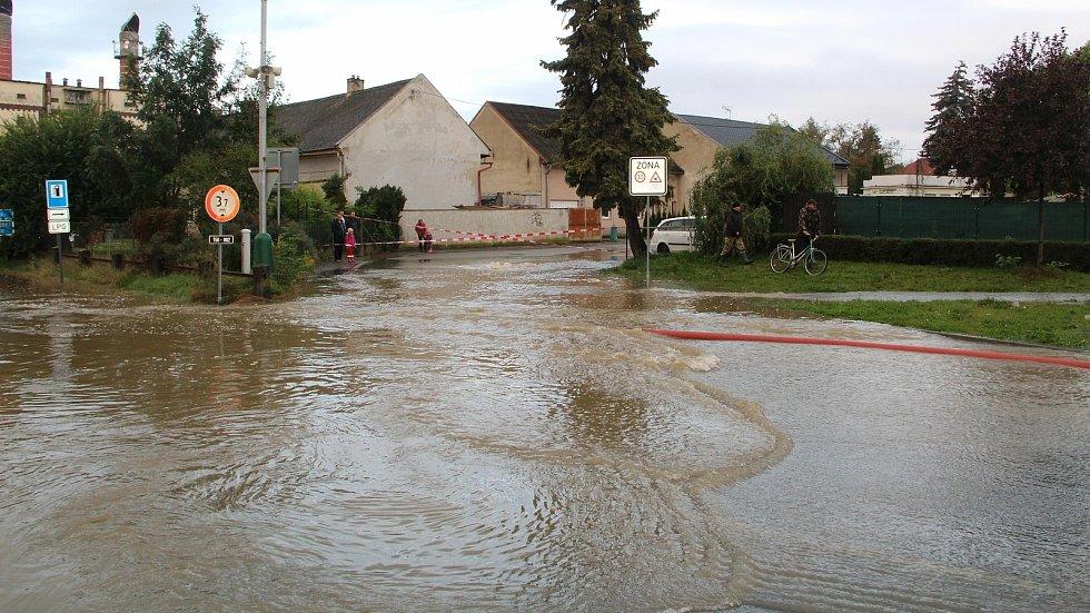 Voda z Olešnice zaplavila v noci na čtvrtek 15. října 2020 několik ulic v Brodku u Přerova. Pod vodou se ocitlo asi dvacet domů a hasiči odčerpávali laguny, které se zde vytvořily.