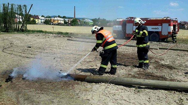 Během čtvrtečního dne se hasiči v celém Olomouckém kraji nezastavili, zasahovat museli také v Lipníku nad Bečvou u požáru trámů