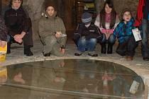 Archeologickou expozici ve sklepních prostorách přerovského zámku si v úterý prohlédly děti, které jsou na příměstském táboře s klubem Dlažka