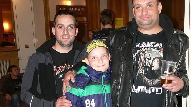 Patrik Antoniazi z Přerova (vpravo) jezdí na koncerty Arakainu i se svým bratrem a osmiletým synem.