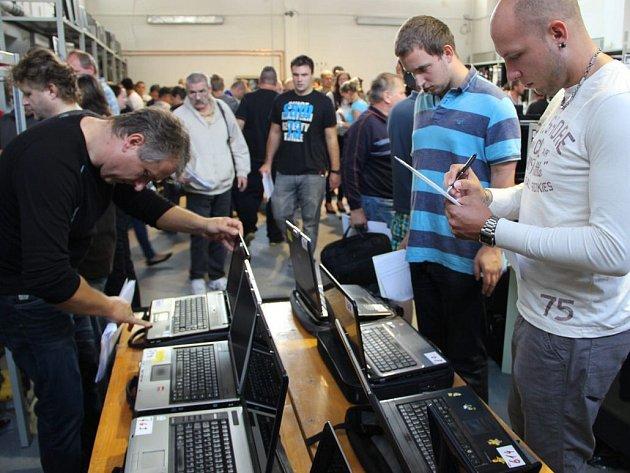 Dražba motivých věcí v areálu exekučních skladů v Čekyni