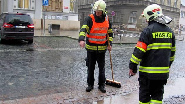 Přerovští hasiči likvidují s pomocí sorbentu olej, který unikl z osobního auta v Kratochvílově ulici.