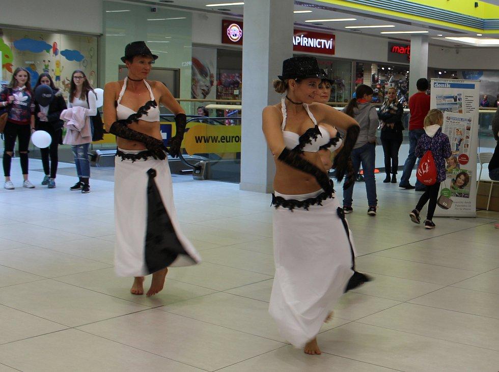 Kabelkový veletrh Deníku přijela do Přerova podpořit bez nároků na honorář také hranická skupina orientálních tanečnic Alimah a breakdancová skupina Hollywood Stars Crew z Přerova.