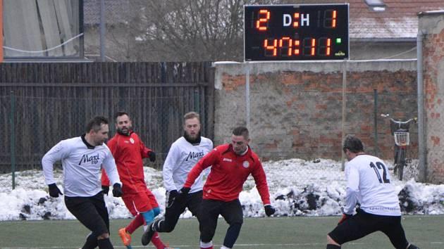 Fotbalisté Kozlovic (v bílém) proti Spartaku Hulín