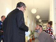 Robert Fryč (sedící vpravo) se svým obhájcem u přerovského okresního soudu, řešícího tragickou střelbu u baru Lumír