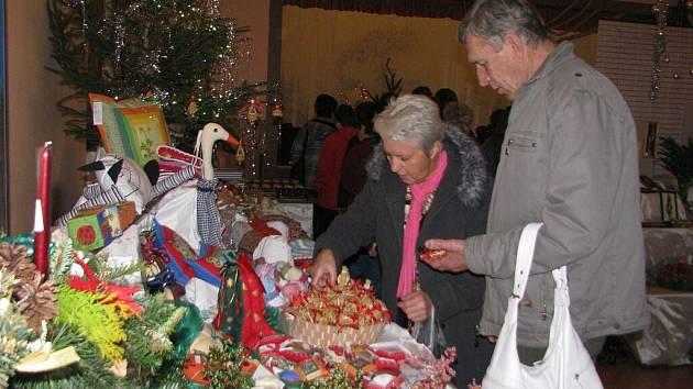 Na tradiční vánoční výstavě v obci Rouské si návštěvníci mohli sami vyzkoušet výrobu některých dekorací.