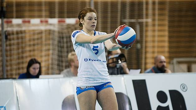 Prostějov (v modrém) v semifinále poháru porazil Přerov 3:1. Arianna Personová.